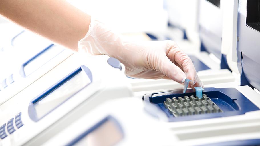 Genetyk wykonuje badania DNA