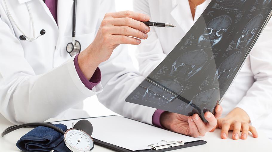 Neurolog analizuje badania