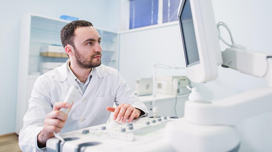 Radiolog wykonuje USG
